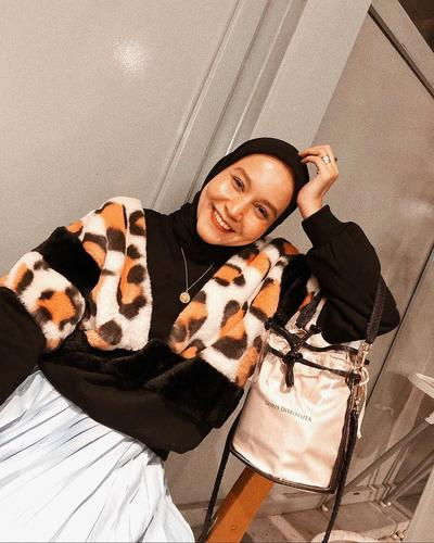 Mix and Match Outfit Motif Animal Print ala Selebgram Hijab Nissa Chair