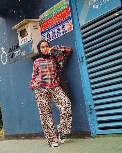 Mix and Match Outfit Motif Animal Print ala Selebgram Hijab Nissa Chair