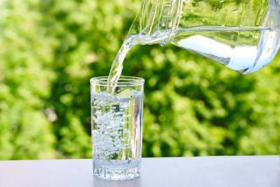 Minum Air untuk Melembapkan Wajah