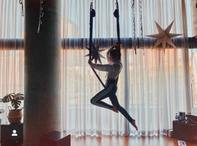 4. Latihan Flying Yoga Bersama Trainer Jennie and Jisoo
