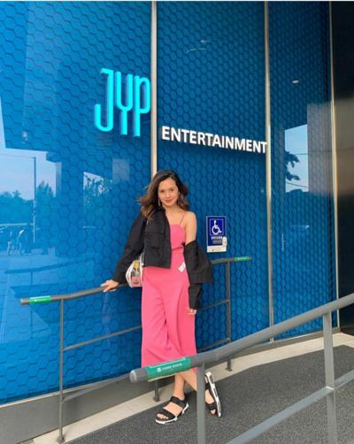 5. Mengunjungi Kantor JYP Plus nge-Cafe di Soul Cup JYP Cafe