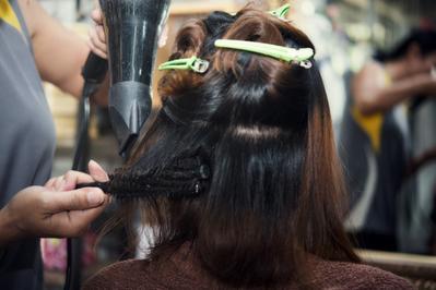 3. Bagi Rambut Menjadi Beberapa Bagian
