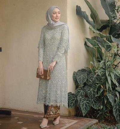 Long Kebaya Brukat dengan Last Blue Hijab