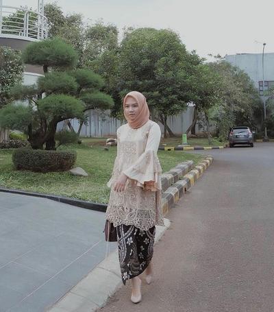 Kebaya Peach dan Hijab Cokelat Pastel