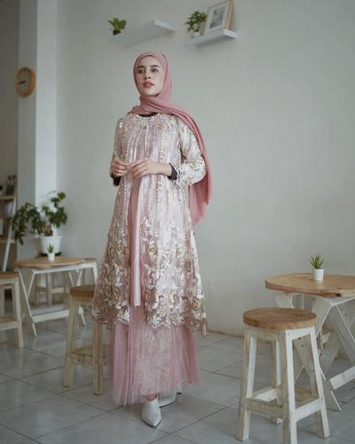 Pink Brokat on Tile ala Aghnia Punjabi
