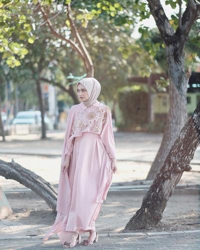 6 Inspirasi Busana Bridesmaid Warna Pink yang Elegan, Tak Kalah Cantik dari Pengantin!