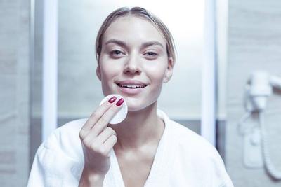 5 Rekomendasi Micellar Water Bagus untuk Kulit Wajah Berminyak