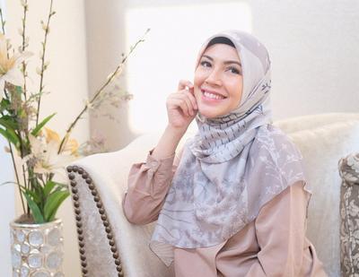 8 Model Gamis Modern Favorit Ratna Galih, Ibu Si Anak Kembar yang Stylish