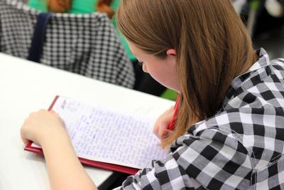 2. Menyalin PR Punya Teman di Sekolah