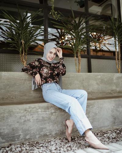 6 Style Hijab Casual ke Kampus dengan Bawahan Jeans ala Selebgam Aghnia Punjabi
