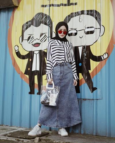 Rok Jeans dan Kemeja Bergaris