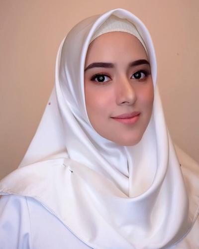 Lihat Cantiknya Fairuz A Rafiq dalam Balutan Makeup Flawless untuk Pesta