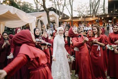 Seru! Yuk Intip Momen Pernikahan Selebgram Helmi Nursifah yang Bertema Putih dan Maroon