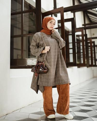Monochrome Style dengan Outfit Serba Abu-Abu ala Hijabers Indonesia