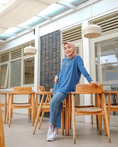 7 Padu Padan Busana Warna Biru untuk Berbagai Look ala Selebgram Hijab Putri Melati