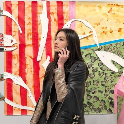 Hitam dan Putih, Jadi Pilihan dalam Outfit Liburan Artis Raline Shah