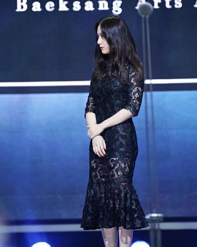 1. Balutan Dress Brokat Hitam yang Anggun