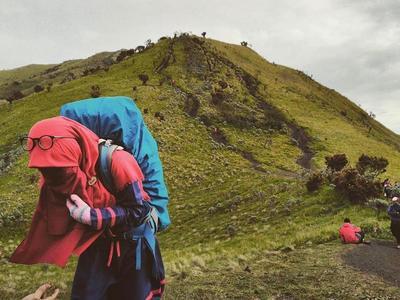 Mau Naik Gunung Pakai Rok? Mungkin dengan Tips Ini