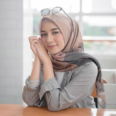 7 Inspirasi Maxi Dress untuk Liburan ala Hijabers Mega Iskanti, Simple Tapi Tetap Anggun!