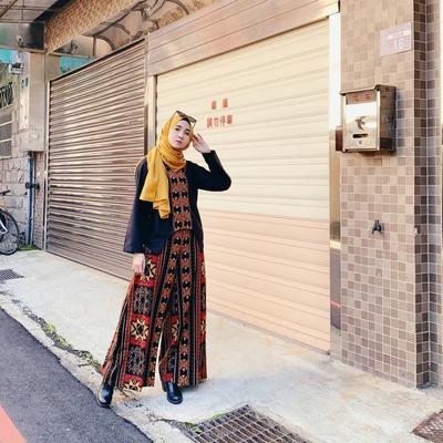 Penampilan Lebih Feminin dan Manis, Begini Trik Padu Padan Setelan Kulot Batik untuk Kondangan