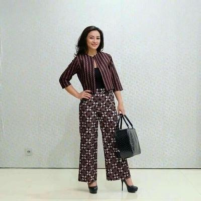 5.Tampil Chic dengan Celana Batik