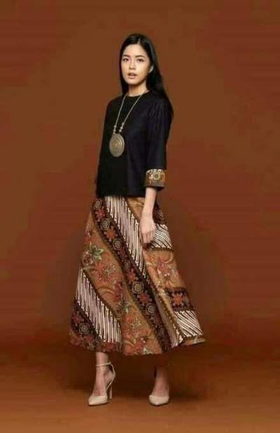 6.Bergaya Vintage dengan Rok Batik