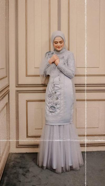 Anggun Dengan Dress Berwarna Biru