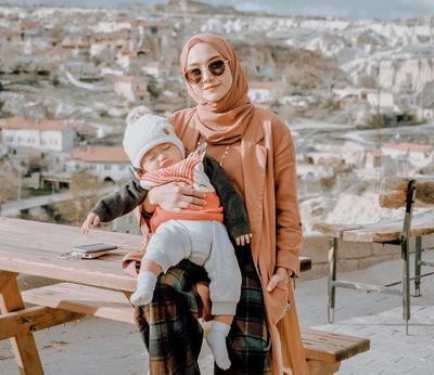 Anti Ribet! Inspirasi Style Hijab untuk Mama Muda Ini Bisa Dicoba
