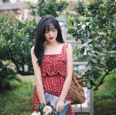 3. Gaya Backpacker Seru dengan Floral Dress Merah