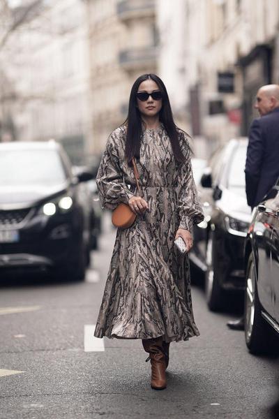 3. Mix Sepatu Boots Wanita dengan Dress