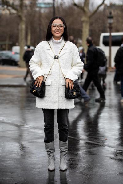 6. Padukan Boots dengan Mantel Bulu