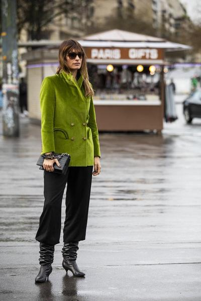 8. Padukan dengan Celana Hitam yang Simple