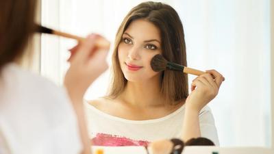 Bisa Ditiru, Begini Cara Memakai Makeup Agar Terlihat Lebih Natural