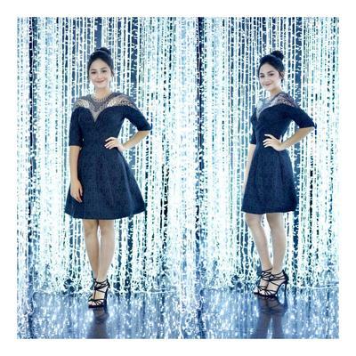 5. Sisi Glamour dari Dress Hitam