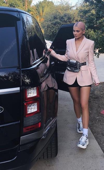 Nude Blazer, Black Pant, Sneakers dan Belt Bag