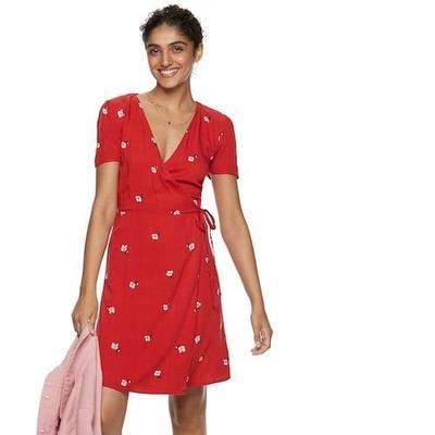 3. Dress dengan Kerah V