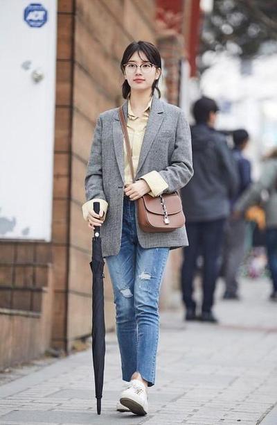 8 Inspirasi Style Campus Kasual dengan Jeans ala Korea, dari Celana Hingga Overall!