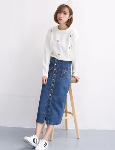 2. Gaya Button Skirt yang Manis