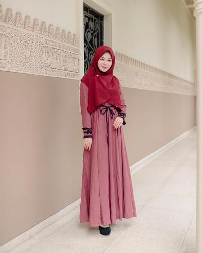 Cantik! Hijabers Wajib Punya Deretan Outfit Hitam Ayana Moon Ini
