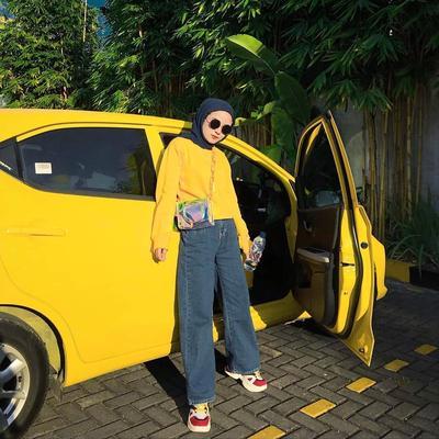 1. Padukan Hoodie Kuning dengan Kulot Jeans