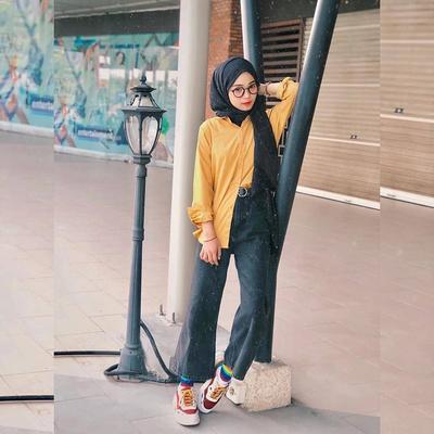 2. Padukan Kemeja Kuning dengan Jeans Cutbray