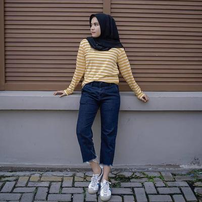 4. Padukan Kaos Stripe Kuning dengan Hem Jeans
