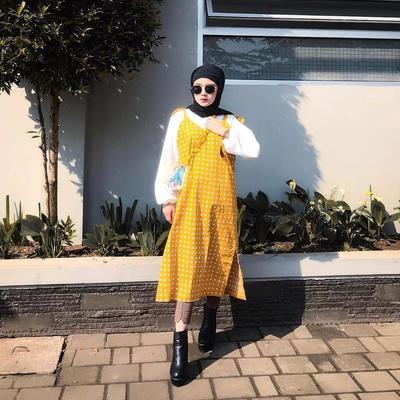5. Padukan Sloopy Maxy Dress Kuning dengan Atasan Lengan Balon