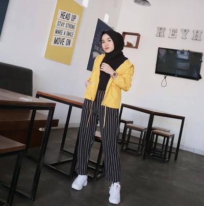 6. Padukan Jaket Kuning dengan Celana Stripe