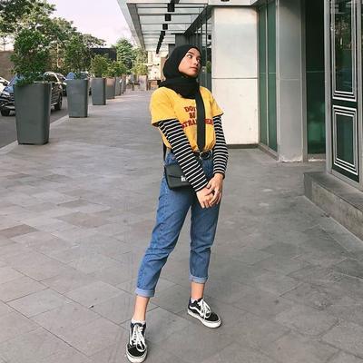 8. Padukan Kaos Pendek Kuning dengan Kaos Stripe Lengan Panjang