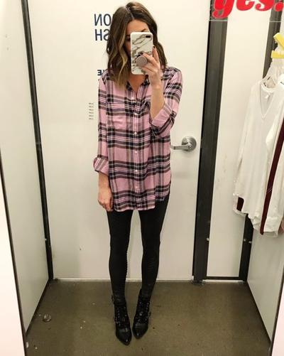 Padukan Legging dengan Plaid Shirt