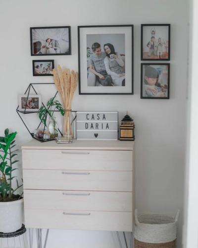 3. Hangatkan Suasana Rumah dengan Foto Orang Terkasih