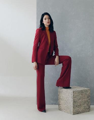 Laura Basuki Tampil Formal Dengan Mengenakan Setelan Blazer Warna Maroon