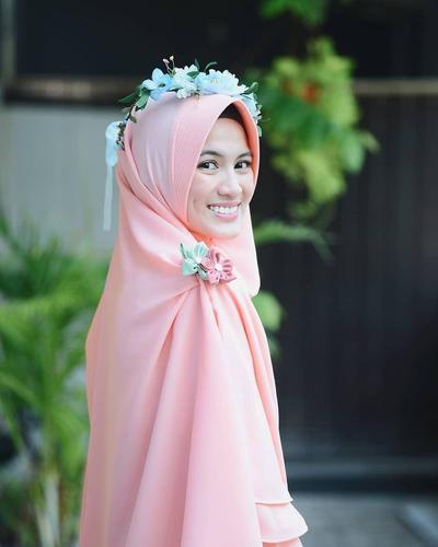 8 Inspirasi Gaya Hijab Warna Peach untuk Tampil Manis di Berbagai Acara