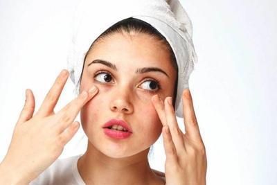 4. Sering Memegang Wajah